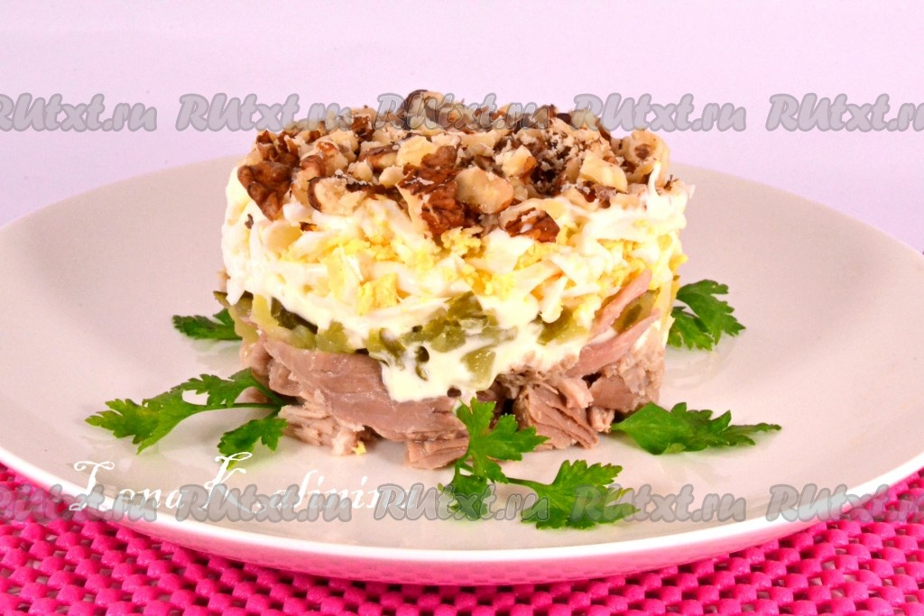 салат с говядиной и маринованными огурцами и орехами рецепт