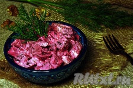 Вкусный, аппетитный, сытный салат из свеклы и курицы готов.