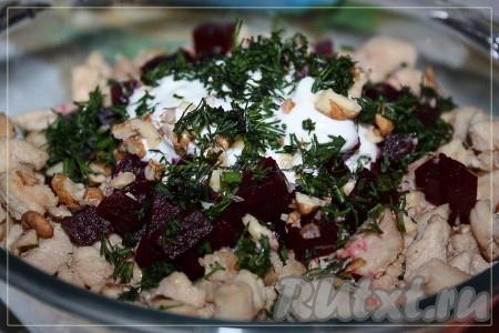 Грецкие орехи и зелень порубить мелко. Остывшие свеклу и куриную грудку соединить, добавить орехи, зелень, йогурт, специи, перемешать!