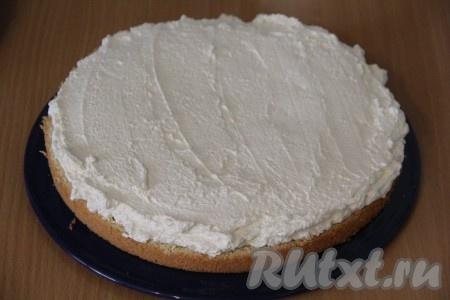 Собрать двухъярусный торт: на плоскую тарелку или подставку выложить корж и смазать его кремом.