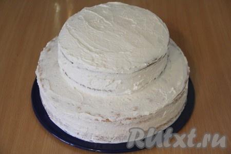 Выложить второй шоколадный корж и слегка прижать. Обмазать верх и бока торта кремом. В таком виде убрать торт в холодильник на ночь.