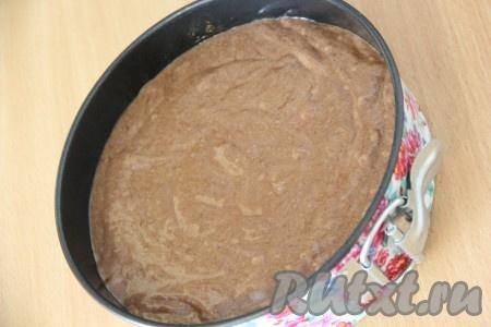 Форму слегка смазать растительным маслом, выложить тесто в форму и разровнять. Поставить форму с тестом в разогретую духовку и выпекать при 200 градусах примерно 25-30 минут. Готовность проверить сухой зубочисткой. Готовый корж слегка остудить в форме, а затем полностью остудить на решётке.
