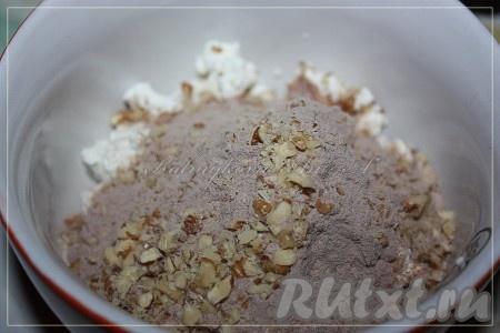 Орехи мелко порубить. Творог, протеин и орехи сложить в миску, тщательно перемешать, чтобы получилось тесто, поначалу будет казаться, что очень густо, далее консистенция станет нормальной.{amp}#xA;