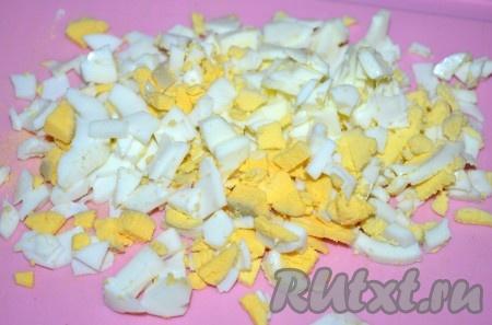 Очищенные яйца мелко покрошить.