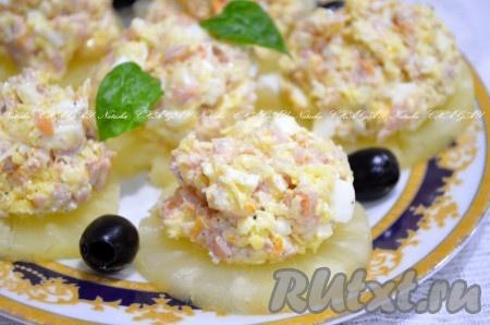 Ананасовые кольца обсушить бумажным полотенцем, выложить на блюдо. Сверху распределить салат с помощью ложки. Если вы будете готовить салат не на кольцах, просто порежьте ананас в миску маленькими кусочками и перемешайте салат. Готовую закуску можно украсить, как я, маслинами и зеленью или по своему вкусу. Бесподобно вкусный салат из копченой курицы, ананасов и сыра готов. Если вы любите салаты с ананасом - рекомендую!