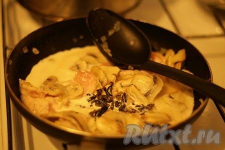 Добавить сушеные грибы вместе с водой, сливки, соль и перец.