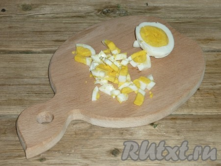 Очищенные яйца тоже нарезать кубиками.