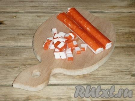 Если крабовые палочки замороженные, разморозить и нарезать кубиками.