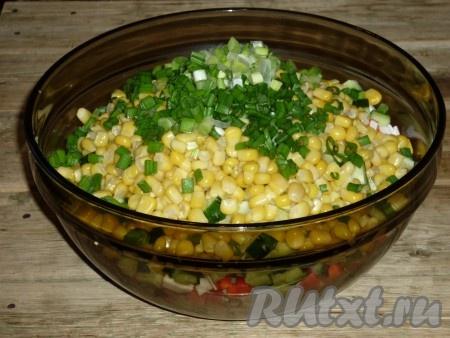 В миске соединить картофель, крабовые палочки, кукурузу, яйца и зелёный лук, добавить майонез, по вкусу посолить и перемешать.