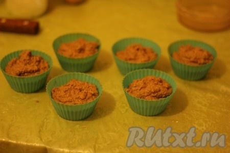 К полученной смеси добавляем мед и еще раз перемешиваем. Полученным тестом наполняем формочки для кексов где-то на 3/4. Духовку разогреваем до 180 градусов. Выпекаем кексы с грецкими орехами 40 минут (духовку не открываем).