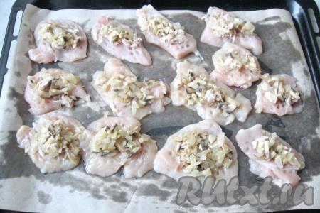 На каждый кусочек куриного филе выложить смесь грибов с луком.{amp}#xA;