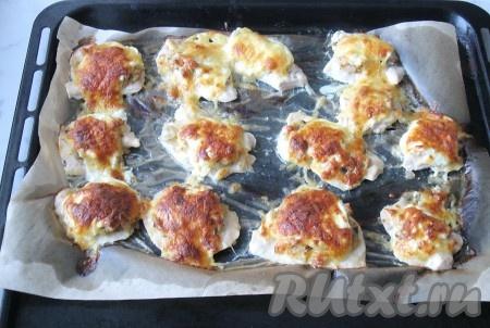 Противень с куриным филе поставить в заранее разогретую до 180-190 градусов духовку. Запекать мясо 15-20 минут до золотистой корочки.