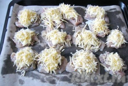 Любой твердый сыр, у меня {amp}quot;Российский{amp}quot;, натереть на терке. Посыпать тертым сыром кусочки филе с грибами и сметаной.{amp}#xA;