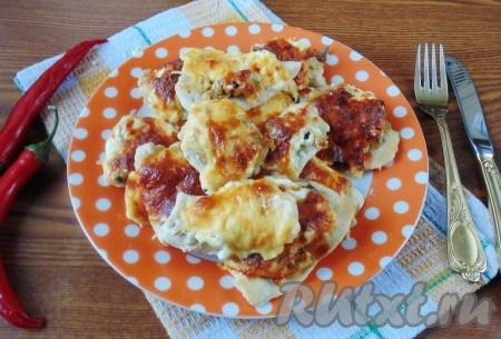 Нежное, сочное куриное филе, запеченное с грибами и сыром, готово. Выкладываем на тарелку и подаем на обед или ужин.