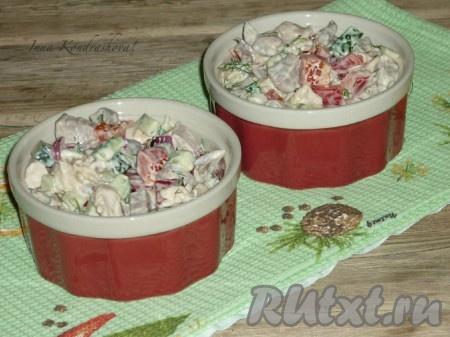Перемешать, разложить по салатницам и можно подавать на стол очень вкусный салат с языком и курицей.
