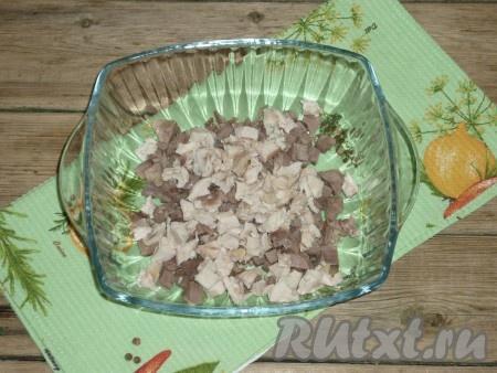 Куриную грудку отварить в подсоленной воде до готовности грудка варится примерно 20 минут) и нарезать кубиками.