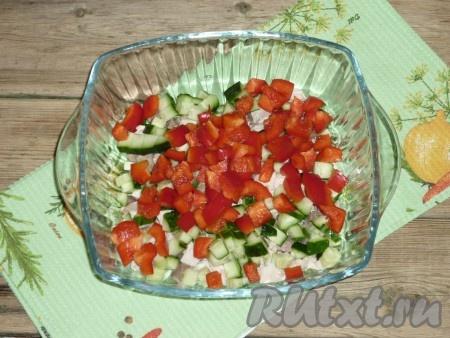 Болгарский перец промыть под проточной водой и нарезать.