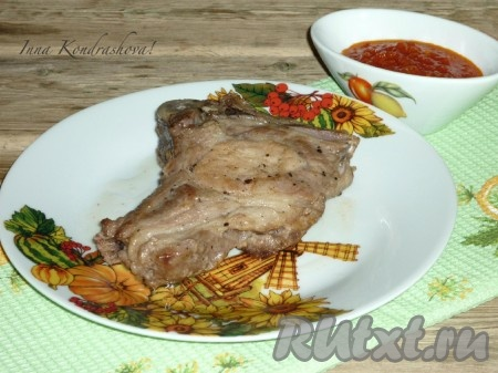 Готовую свиную котлету на кости выложить на тарелку и подавать с любым гарниром. В качестве соуса отлично подойдёт аджика или кетчуп, приготовленные, конечно, в домашних условиях.