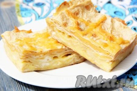 Готовый нежнейший пирог из лаваша с сыром можно подать в горячем и в холодном виде. У пирога может получиться от 5 до 7 слоёв, в зависимости от размера формы. Нарезать на кусочки и подать к столу.