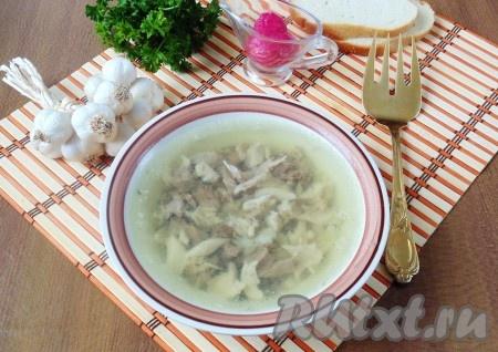Вкусный холодец из курицы и говядины, приготовленный с добавлением желатина, можно подавать к столу.