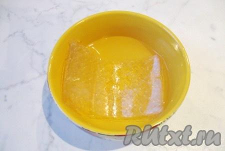 Желатин у меня листовой) выложить в миску и залить холодной кипяченой водой. Достаточно 100 мл воды. Через 10 минут желатин станет мягким. Достать его из воды и добавить в горячий бульон. Размешать желатин в бульоне до полного его растворения. Если у вас желатин в гранулах, то его следует точно также залить 50 мл холодной кипяченой воды, дать набухнуть и выложить в кастрюлю с горячим бульоном и тоже размешать.