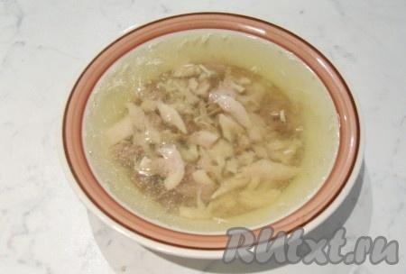 Залить мясо с чесноком бульоном и поставить в холодильник тарелки с холодцом. Из указанного количества ингредиентов получается 3-4 глубоких тарелки.