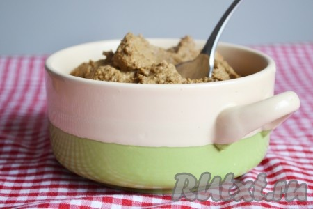 Перекладываем печень с овощами в чашу блендера (лавровый лист вынимаем и выбрасываем), взбиваем до однородной массы.