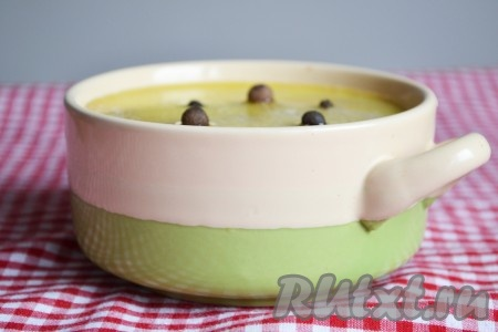 Перекладываем в форму, вилкой разравниваем верх, заливаем растопленным сливочным маслом и сверху выкладываем горошинки перца, убираем в холодильник до полного остывания.