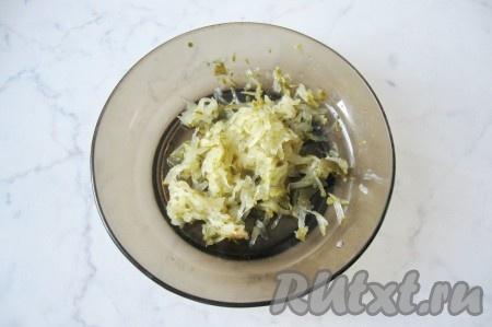 Отправить фрикадельки в кипящий суп. Соленый огурец натереть на крупной терке.