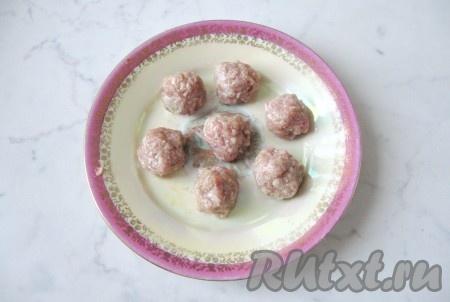 Из приготовленного фарша влажными руками сформировать фрикадельки размером с грецкий орех.