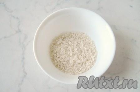 Рис тщательно помыть и добавить в кастрюлю с супом.