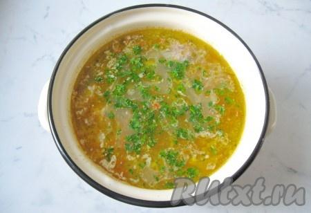 Варить рассольник с фрикадельками еще 25 минут до готовности всех ингредиентов. В конце суп посолить и поперчить по вкусу, добавить нарезанную петрушку или укроп.