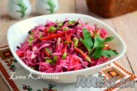 Влить в овощной салат растительное масло, посолить и поперчить по вкусу, добавить сахар и уксус. Тщательно салат перемешать, накрыть посуду пищевой пленкой и поместить в холодильник на 1-2 часа. Готовый очень вкусный салат из свежих капусты, моркови и свеклы выложить в салатник, украсить измельченным зеленым луком и веточкой петрушки. Подать к столу.
