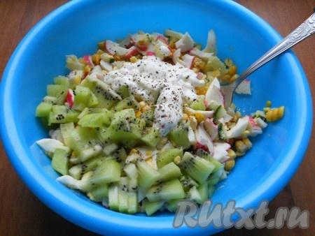Киви очистить, нарезать кусочками и добавить в салат с крабовыми палочками. Посолить салатик и поперчить, заправить майонезом или, по желанию, сметаной.{amp}#xA;
