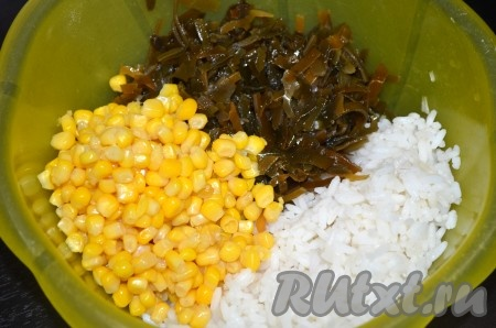 В миску сложить вареный рис, кукурузу и морскую капусту без жидкости.
