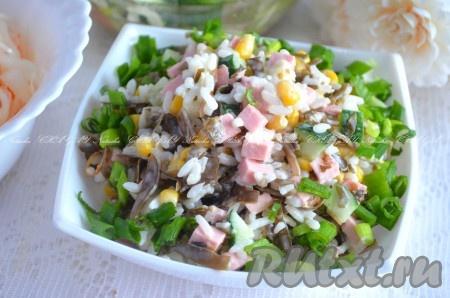 Выложить вкусный салат изморской капусты и риса в салатник, украсить зеленью. Можно немного охладить и подавать к столу.