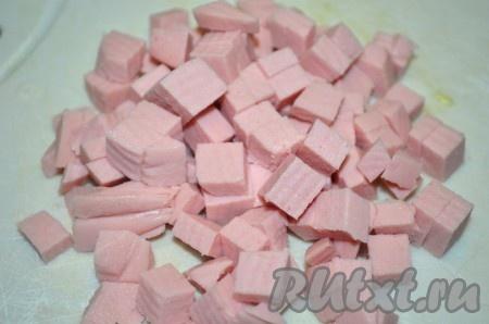 Колбасу нарезать небольшими кубиками.