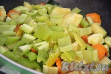 Болгарский перец вымыть, очистить от семян. Нарезать перец на квадратики среднего размера. Добавить перец в сковороду к овощам, всё перемешать. Тушить овощи, периодически помешивая, примерно 10-15 минут. Сковороду крышкой лучше не закрывать, иначе у нас получится рагу. Я все овощи нарезала крупно и они получились не перетушенные. Вид у овощей остался ярким и аппетитным. В конце готовки посолить овощи. Чеснок почистить и раздавить ножом или черенком ложки. Добавить чеснок в сковороду, всё тщательно перемешать и снять сковороду с огня.