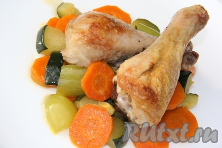 На тарелку выложить овощи, затем кусочки курочки.