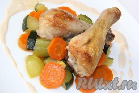 Затем полить курицу и овощи сливочным соусом. Я соус перелила в соусник и подала на стол. Кто-то полил курицу, а кто-то - овощи. Вот такое простое, но очень вкусное блюдо получилось.