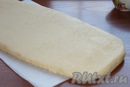 Слоеное тесто раскатать в пласт толщиной примерно 0,5 см.
