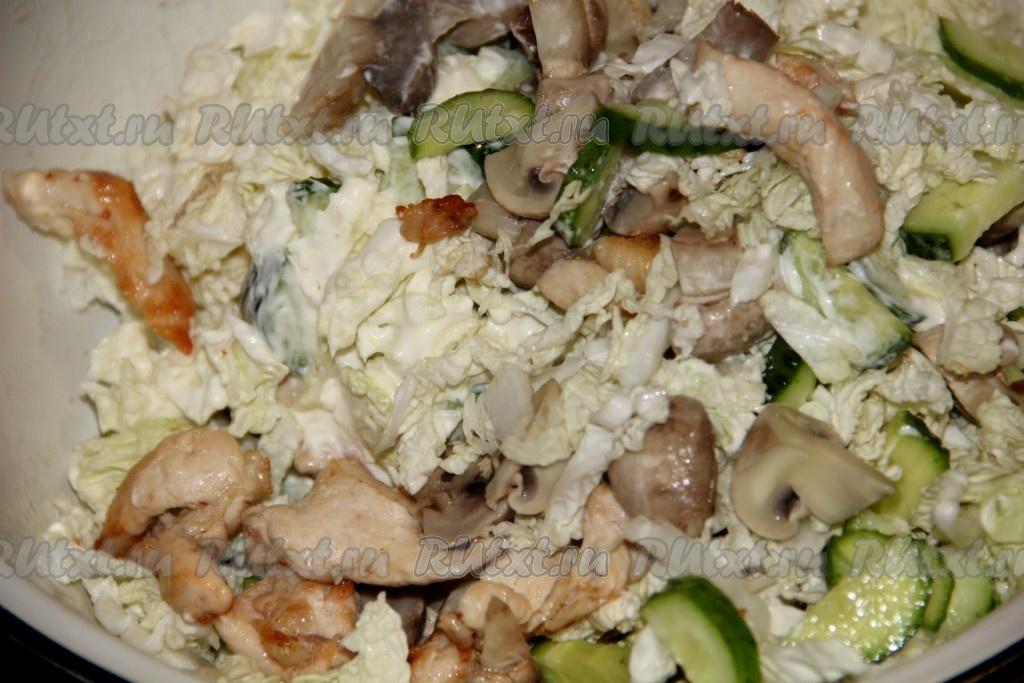 Салат с грибами и курицей и сыром и огурцами рецепт