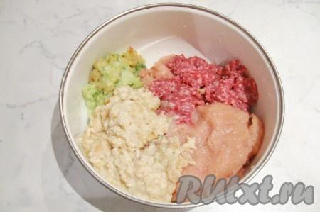 Белый батон замочить в холодной воде, отжать, пропустить через мясорубку или измельчить в блендере, добавить в миску к фаршу, луку и яблоку.