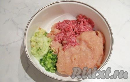 Яблоко вымыть, почистить, удалить сердцевину. Лук зеленый вымыть. Фарш куриный и говяжий выложить в миску. Зеленый лук и яблоко пропустить через мясорубку, добавить к фаршу.