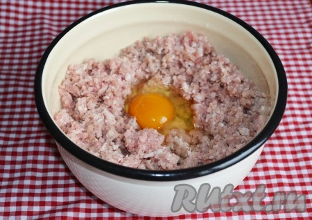 Перемалываем мясо через мелкую решетку мясорубки при необходимости можно добавить ломтик сала). Вбить к фаршу яйцо.