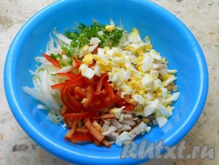 Яйца отварить, остудить и очистить. Порубить яйца и добавить их в салат с пекинской капустой и копченой курицей. Также добавить нарезанный соломкой сладкий болгарский перец и измельченную зелень петрушки.