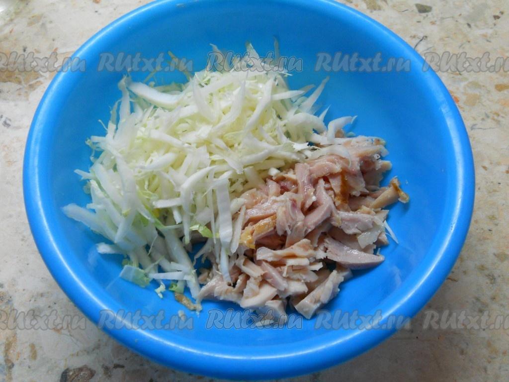 салат из пекинской капусты и копченой курицей