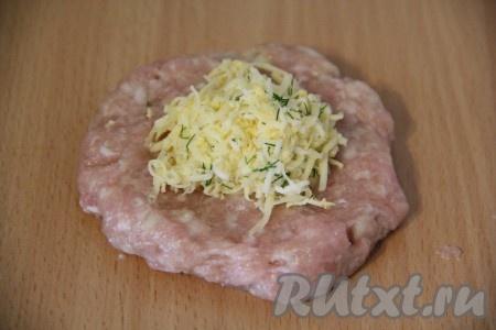 Из фарша сформировать не тонкую !) лепёшку. Если сделать тонкую лепёшку, есть вероятность, что стенки котлетки порвутся и начинка просто-напросто вытечет. На середину мясной лепёшки выложить немного начинки из яиц, сыра и зелени.