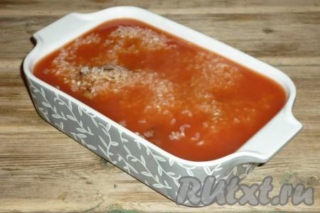 В кипяток добавить томатную пасту и щепотку соли, перемешать и залить в форму с рисом и свининой, накрыть фольгой и отправить в разогретую до 180 градусов духовку на 60 минут.