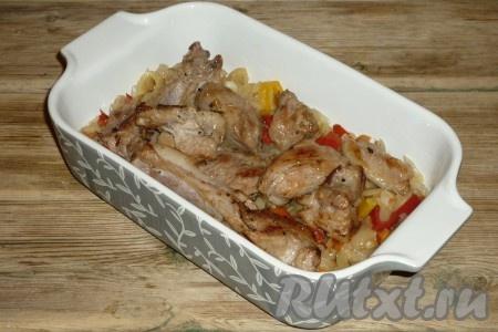 Свинину вымыть, обсушить, нарезать небольшими кусочками и обжарить на сковороде на хорошо разогретом растительном масле 5-7 минут, до золотистой корочки со всех сторон. Посолить и поперчить по вкусу. Мясо выложить в жаропрочную форму на обжаренные овощи.